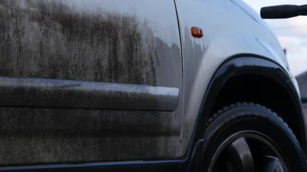 Ruční mytí aut s tlakovou vodou venku. velmi špinavé auto. 4k