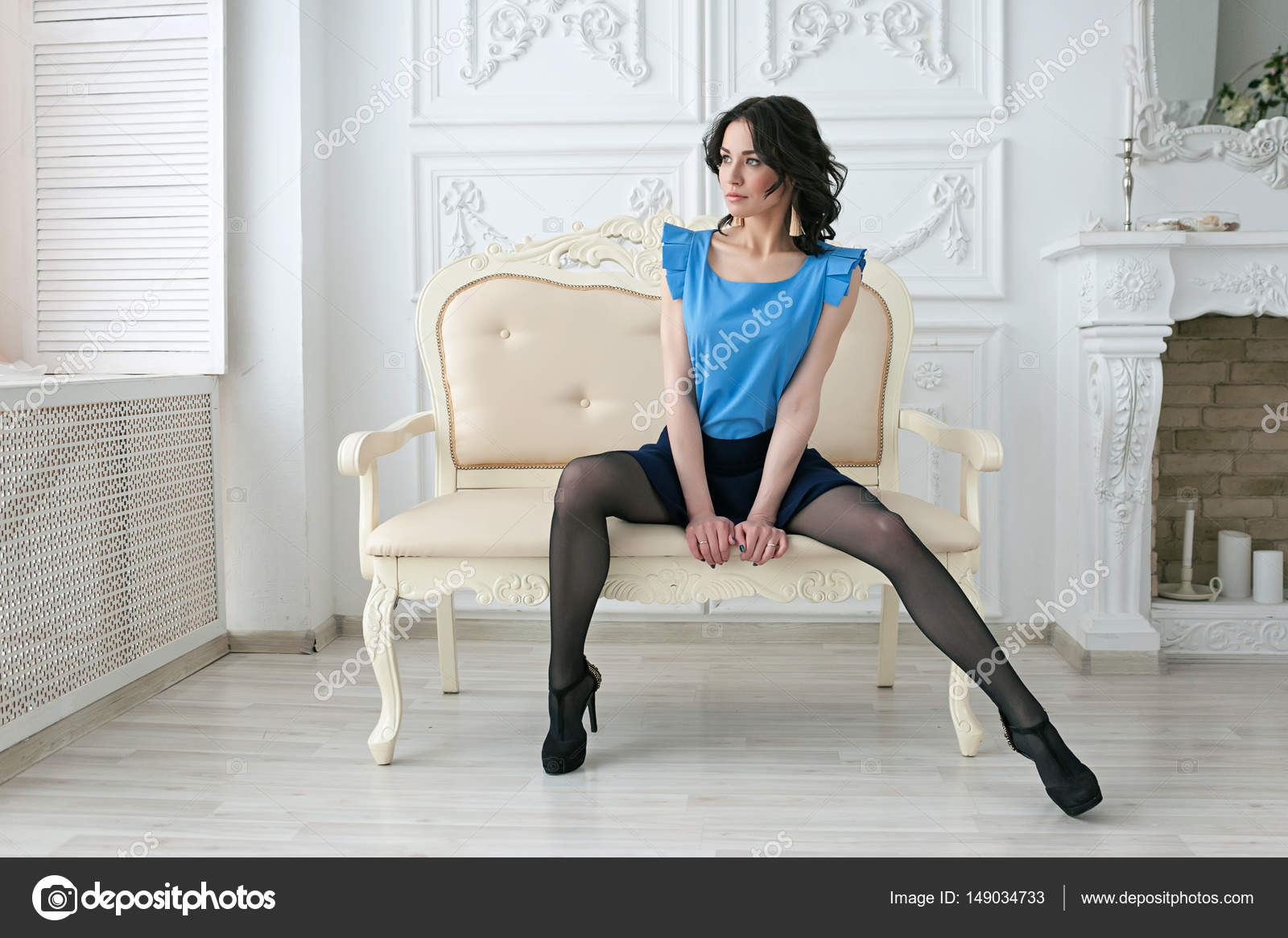 Mooie sexy vrouw in een luxe interieur van de glamour van de mode