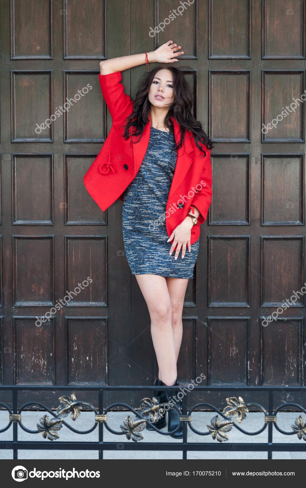 fba617cb6d6166 Junge schöne stilvolle Frau gekleidet in einen roten Mantel