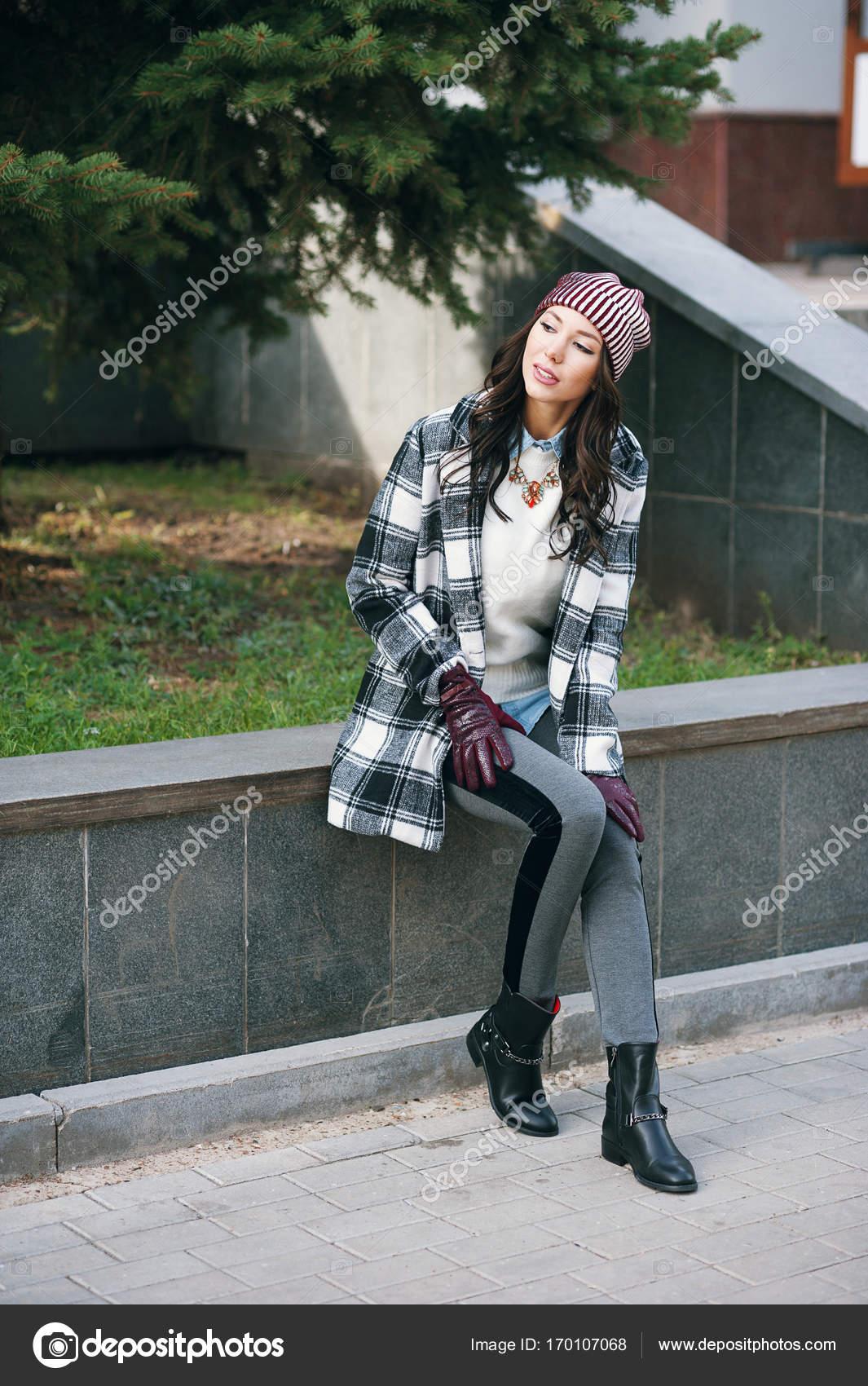 Fiatal szép elegáns nő visel kabátot d0fb0d1ab7