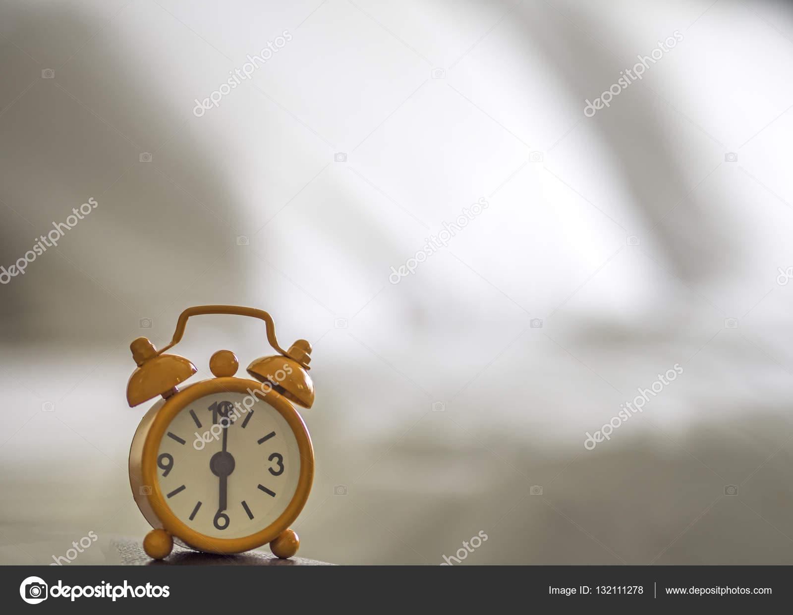 Kinderwekker Met Licht : Wekker op bed in de ochtend met licht achtergrond ligbed