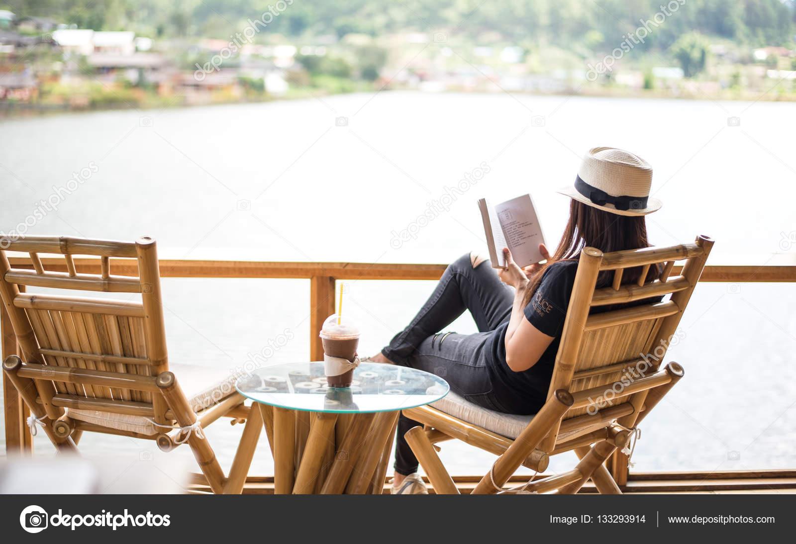 Frau Liest Ein Buch Liegen Und Getränk Eiskaffee Auf Dem Stuhl