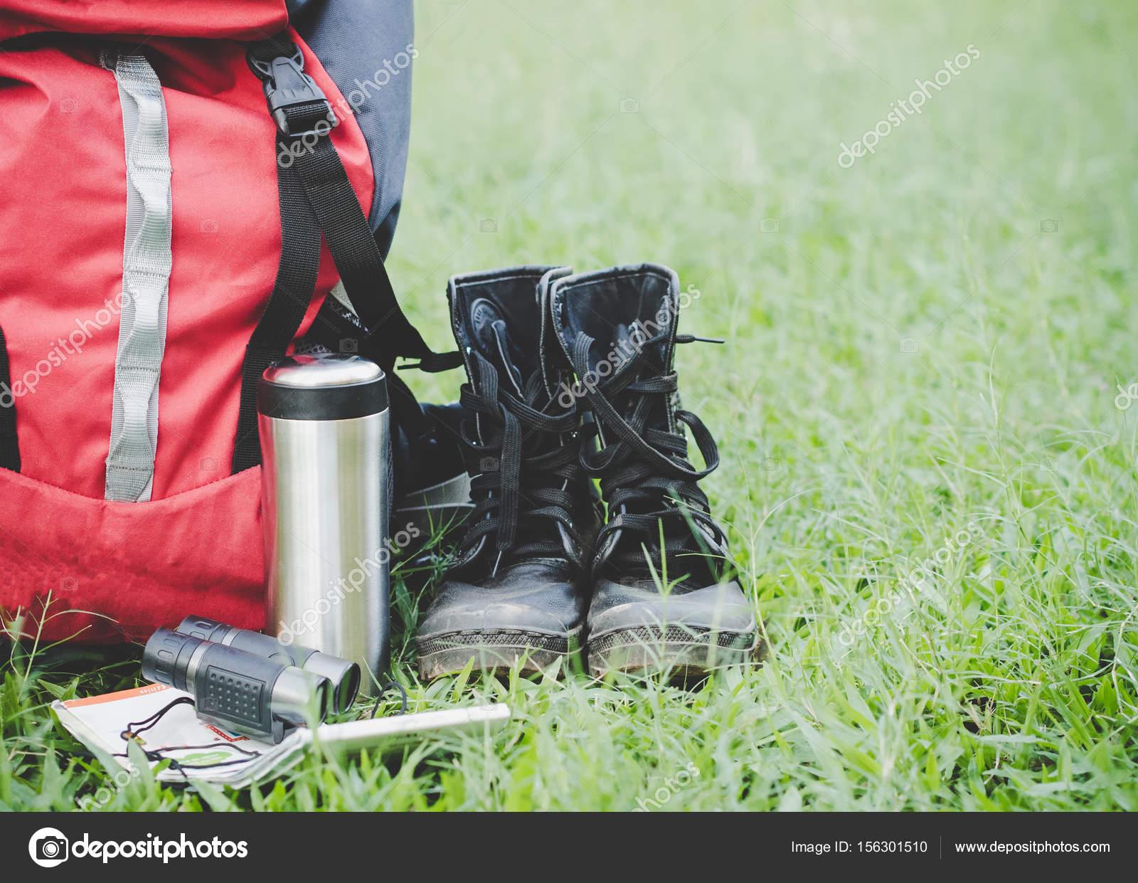 Reisen wanderausrüstung auf gläsern. elemente gehören wandern