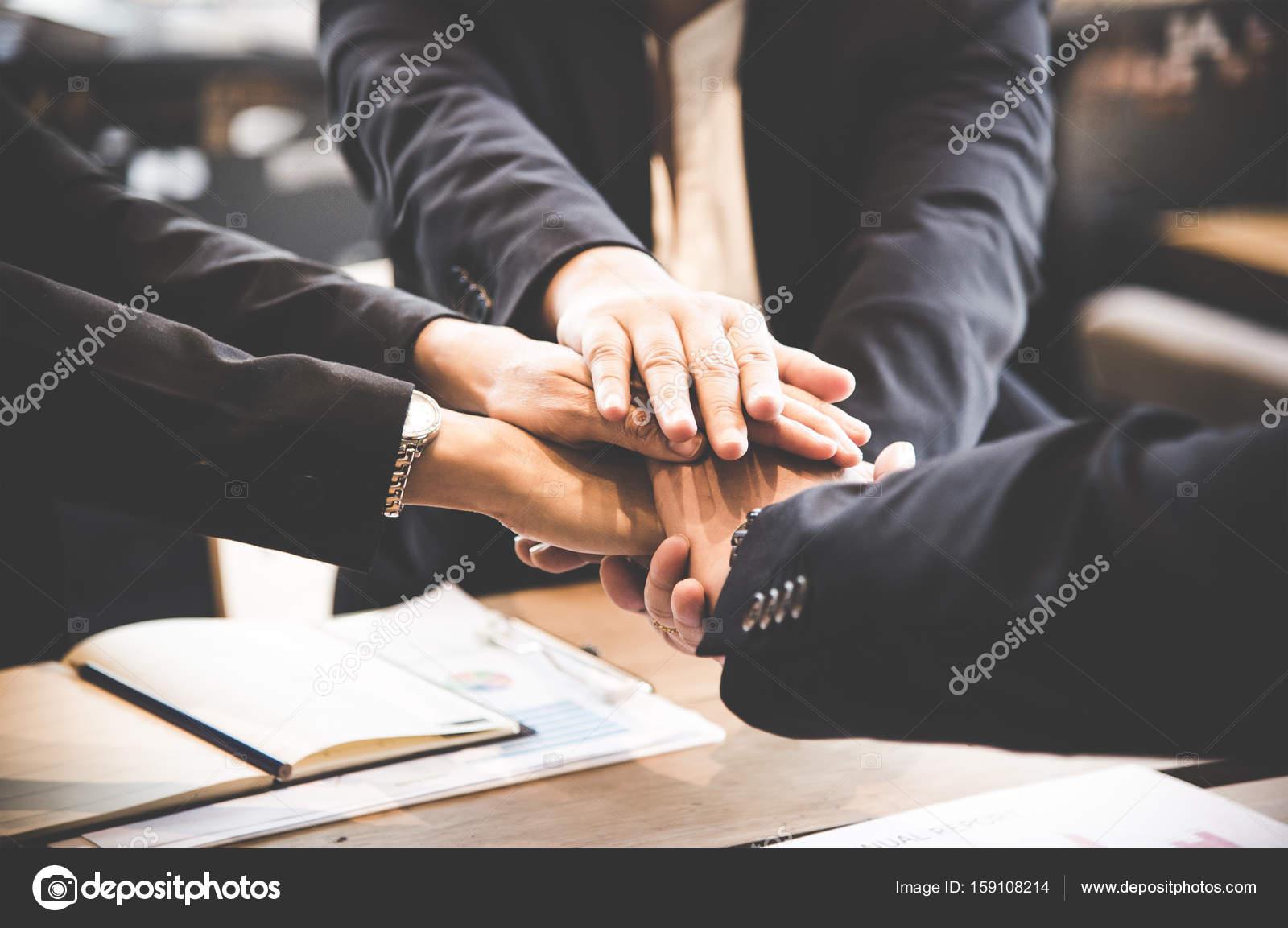 Business Partner-Leute Hand beitreten, nachdem Vertrag Sitzung ...