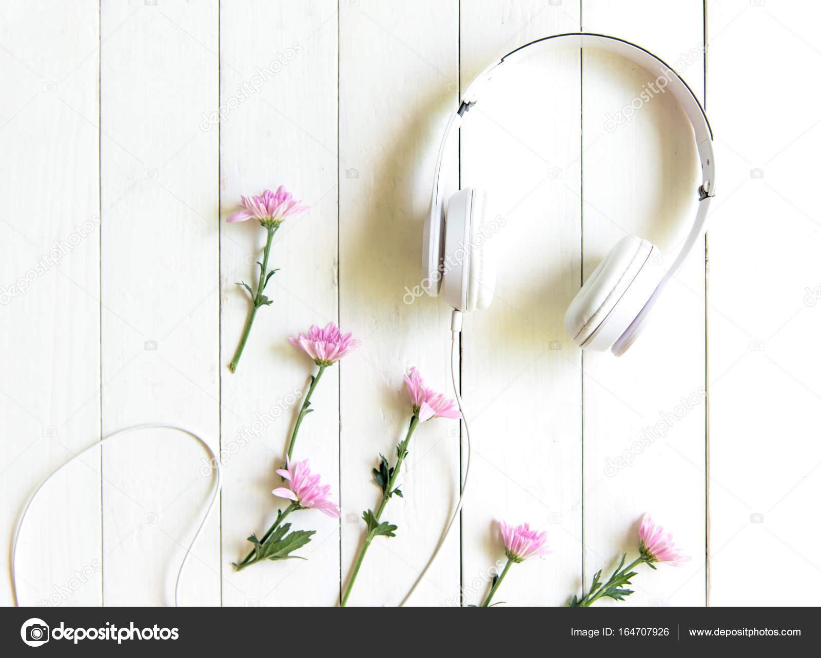 Vue de dessus casque sur le bureau blanc avec zone de fleur et