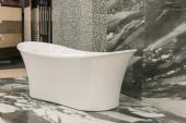 Fotografie Weiße Bad im Gebäude laden. Bäder in der Sanitär-speichern. Sanitärtechnik Shop. Weiße Bäder