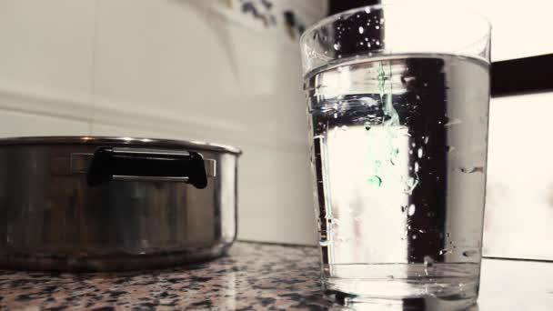 versare il liquido in un bicchiere dacqua