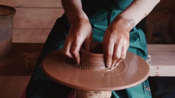 Vytvoření hliněný hrnec. Gonchar.Potter.A turner. Seminář z hlíny. Jíl na zařízení. Master.Hands pracuje na hrnčířského kruhu, tvarování hliněný hrnec