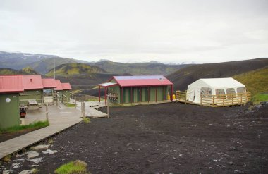 İzlanda 'da büyüleyici yaz yürüyüşü, Alftavatn' ın Botnar yolu Torsmork Ulusal Parkı, turist kampı.