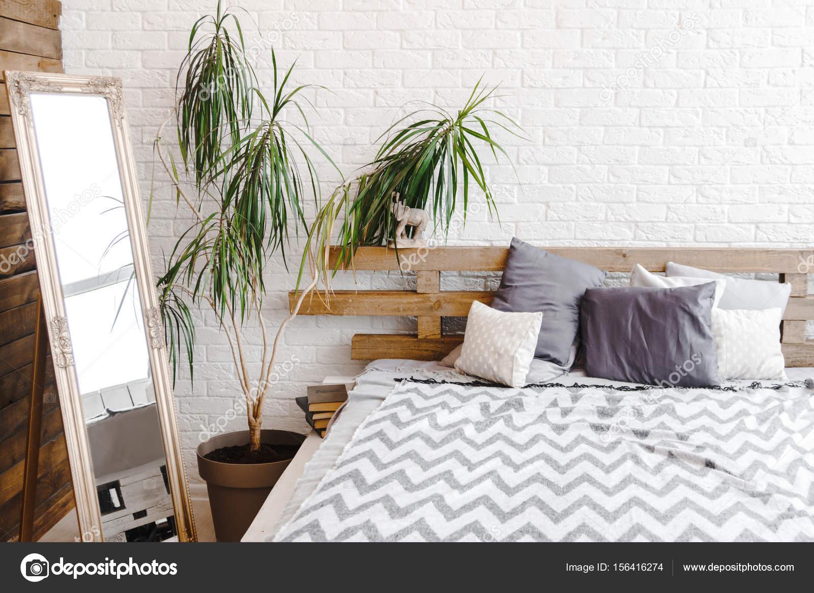 Moderne studio decor ontwerp met pallets bed plant in vaas en