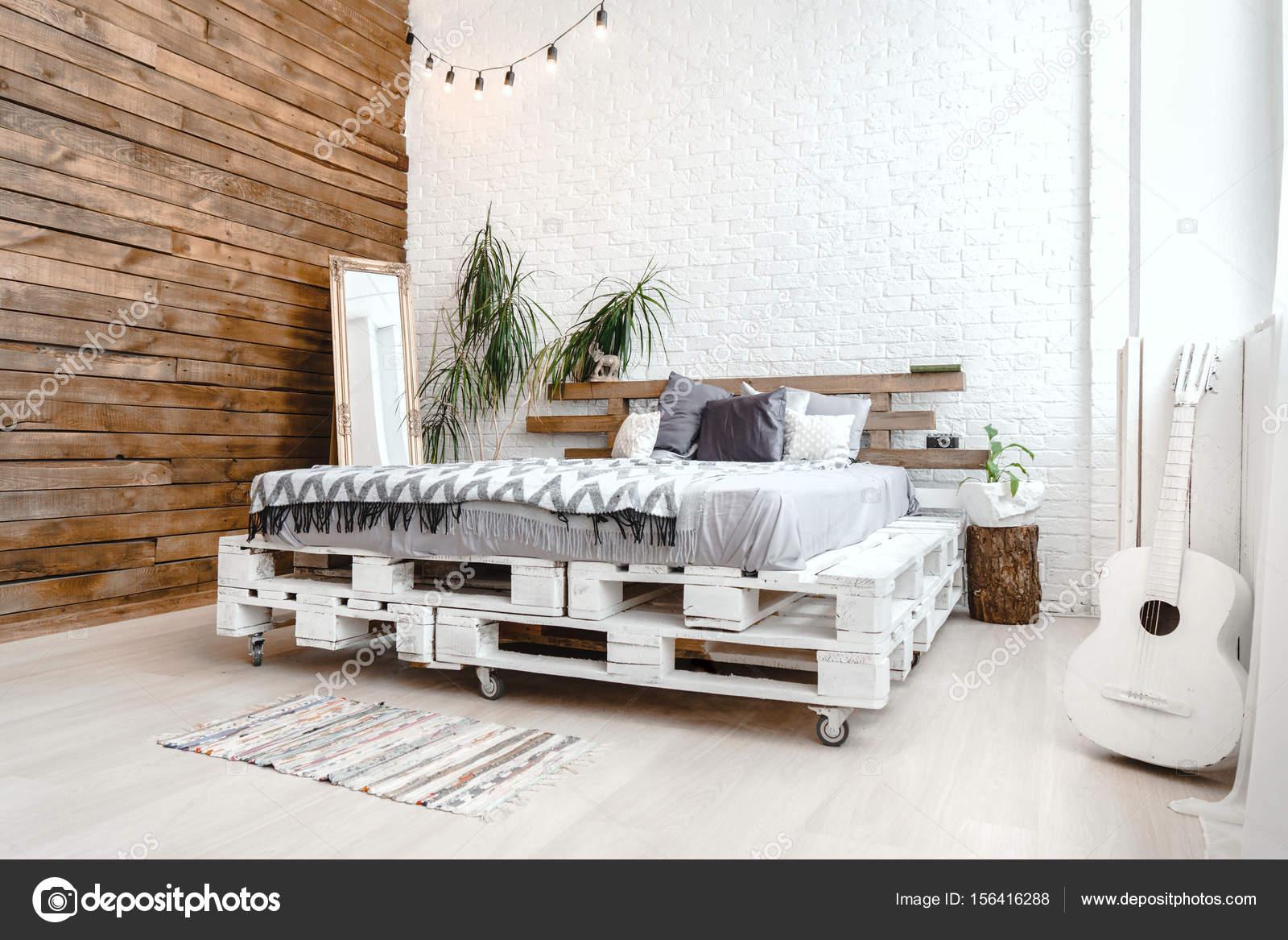 Moderne studio decor ontwerp met pallets bed plant in vaas retro