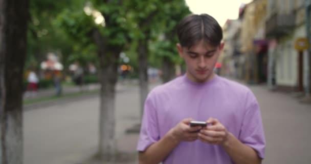 Junge Männer nutzen Handy feel happy Vlogger Influencer Animation mit Benutzeroberfläche - Likes, Follower, Kommentare für soziale Medien aus Smartphone-Zeitlupe