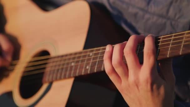 Muž hraje na kytaru s zpomaleným záběrem hudební hudebník klasické akordy akustické. Použít pro ilustraci nebo vložení