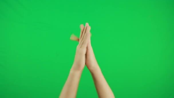 Taps, tapsoló kezek. Gesztuscsomag krómkulcs. Mans kéz közelkép elszigetelt zöld képernyő háttér.