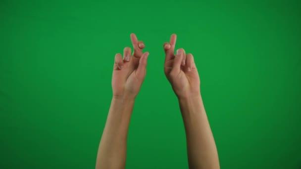 Muž ruce modlí se zkříženými prsty a radovat se po tom přes zelené pozadí