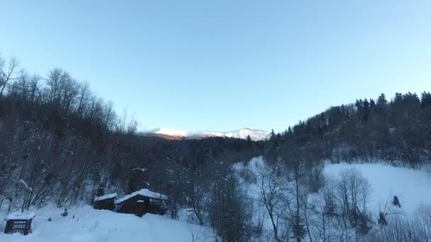 Horská Pikuy Ukrajina zimní sněhová krajina. letecký výhled přeletěl. soumrak zapadajícího slunce. Sněhové hory. turistika resort příroda