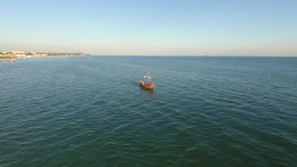 Vodní sport osoba stravování je tažen skútr letecké zobrazení 4K. Létání za mladý wake boarding profesionál na moři je tažen rychlým skútrem.