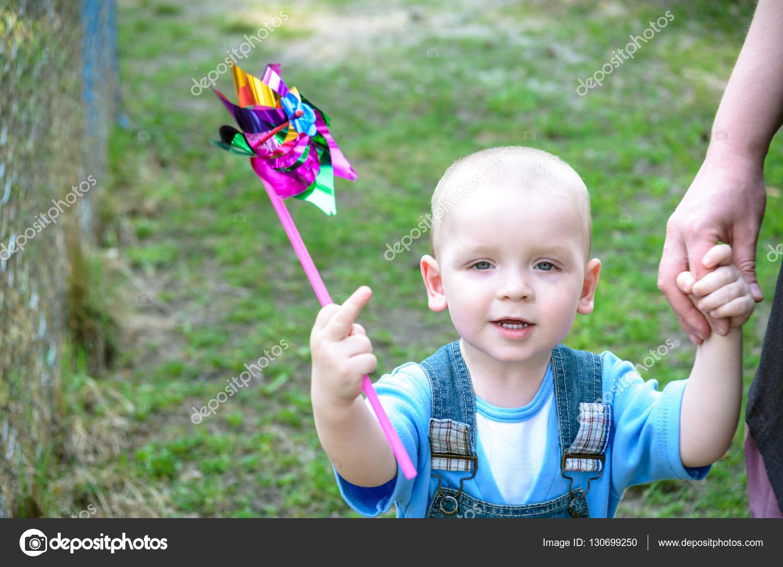 брюнетка трахает мальчика