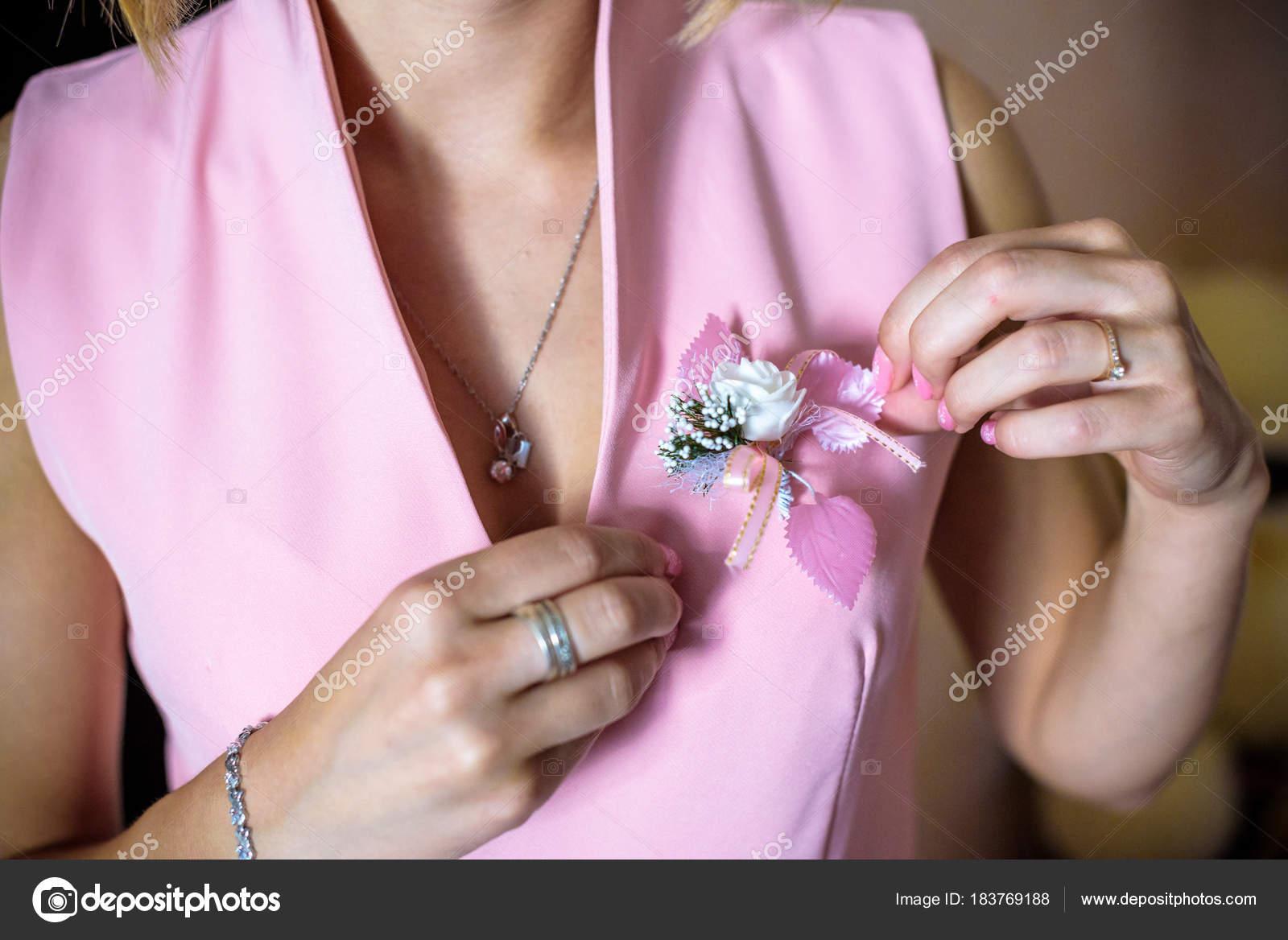 Vestir un ramo en la mano de una dama de honor — Fotos de Stock ...