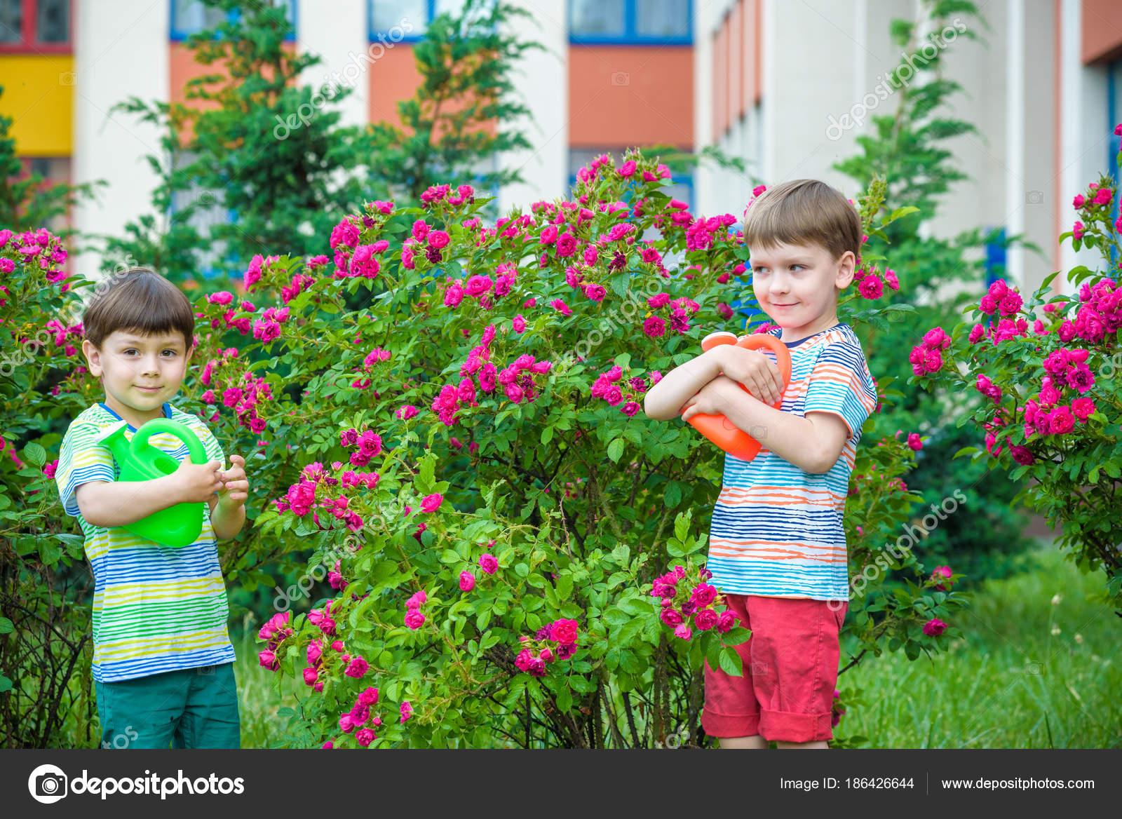 d8189bf16 Niños ayudar a sus padres y que se divierten en verano o primavera.  Familia