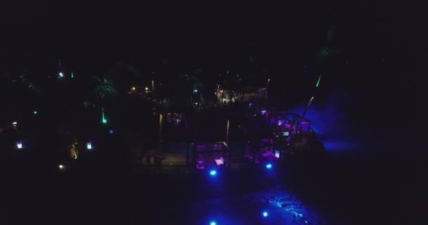 Party auf Club in Goa, Indien. Luftaufnahme. Nacht