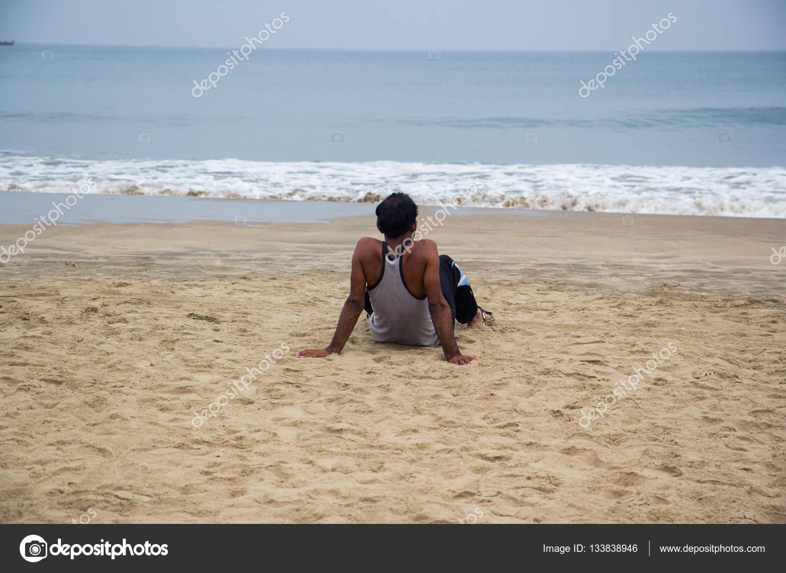 hombre solo mirando el mar