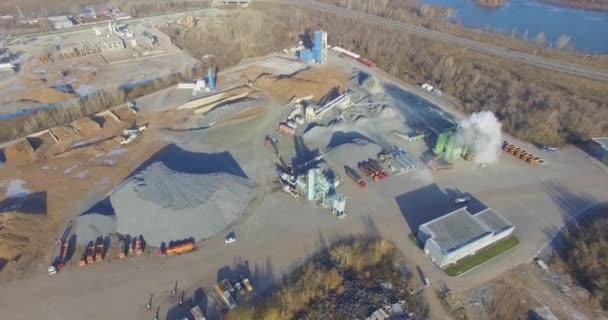Továrna na beton nedaleko velké cesty. Letecký.