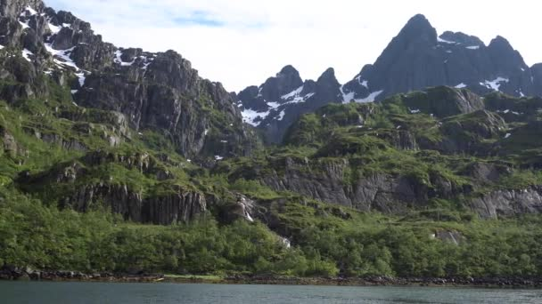 Horská krajina na Norské moře ve fjordu Troll