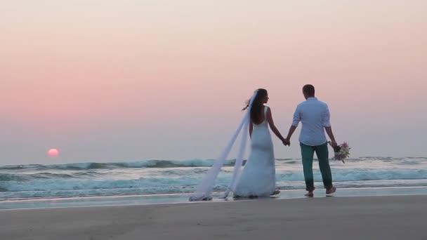 Liebhaber wurden in Indien verheiratet. Spaziergang am Strand