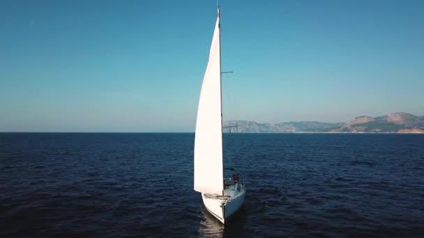 Légi kilátás a nyílt tengeren való hajózásra
