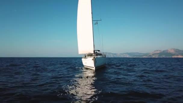 Letecký pohled na plachtění na otevřeném moři