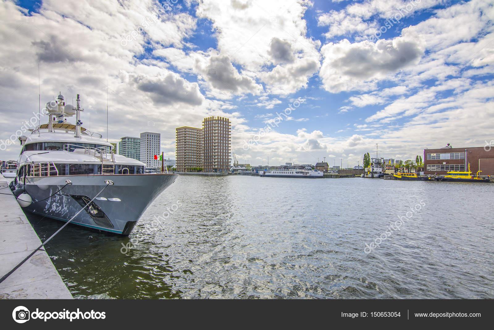 Haven Van Huizen : De haven van antwerpen jacht op de achtergrond van huizen belgië
