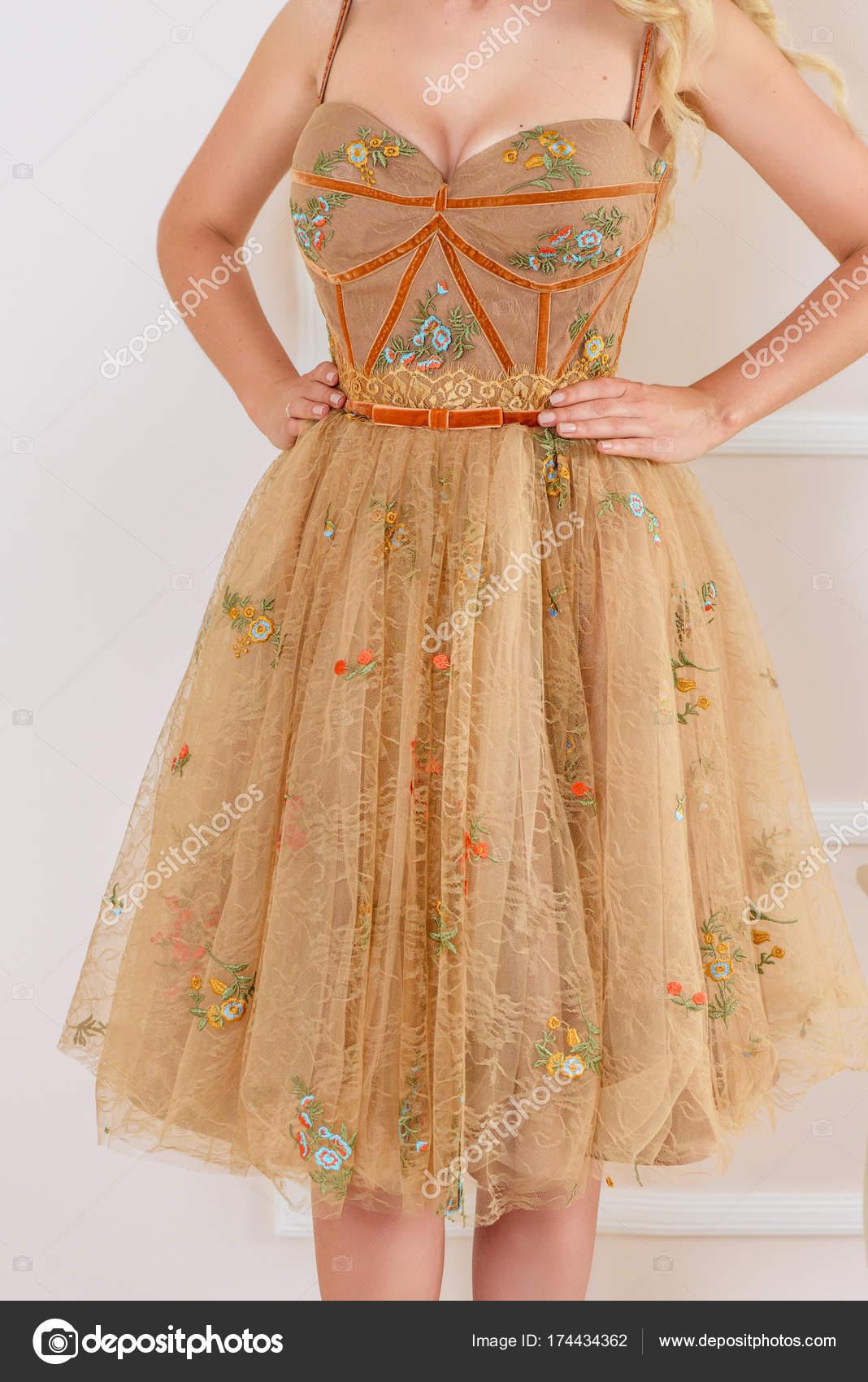 Vestido Estilo Princesa Bella Con Delicados Encajes Y Flores