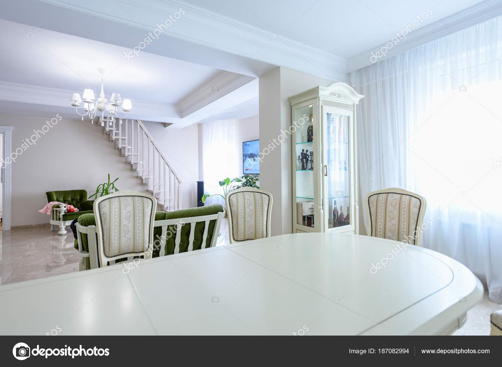 Eetkamer interieur witte kleuren. Groothoek ruime hedendaagse ...