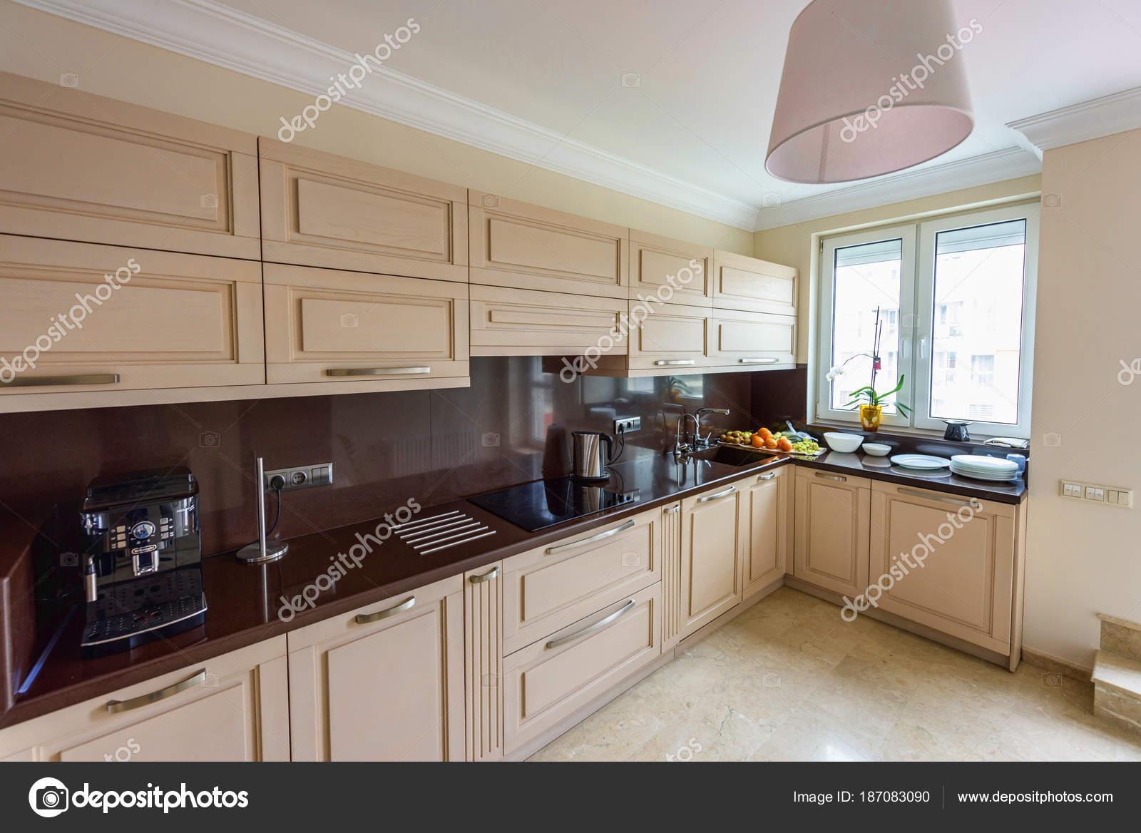 moderne keuken interieur appartement ontwerp groothoek foto stockfoto