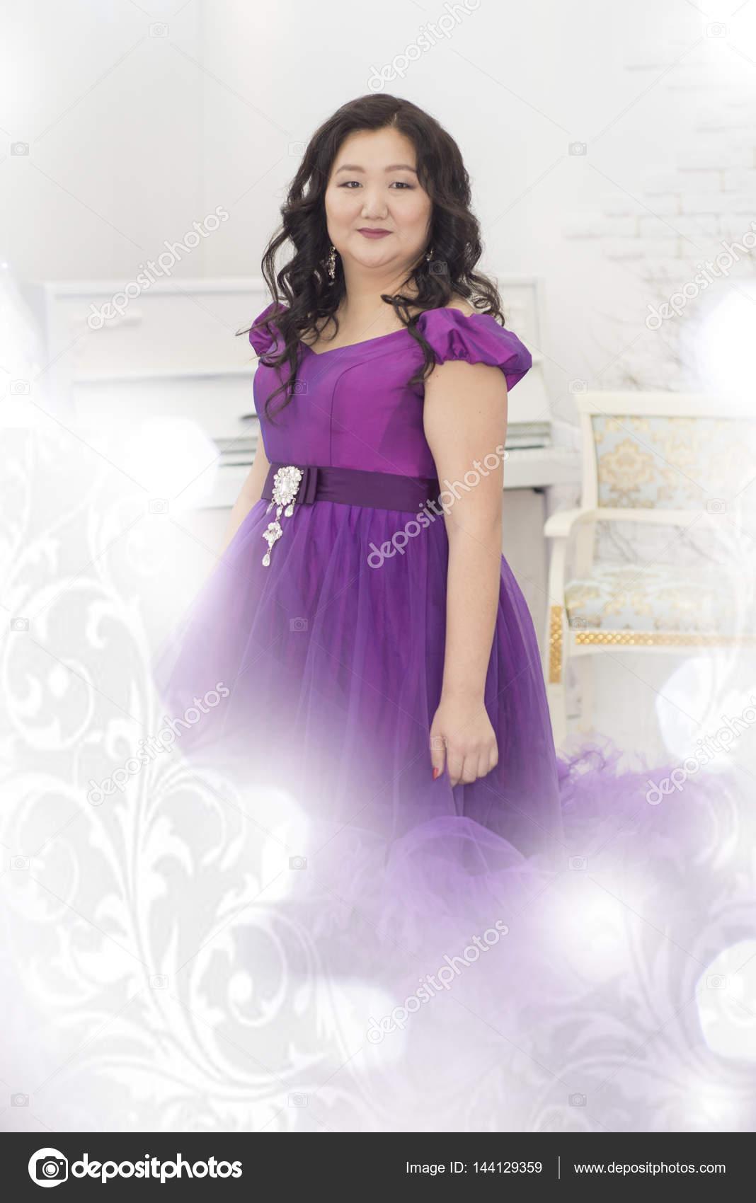 Mujer completa asiática con un exuberante vestido lila — Fotos de ...