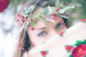 Detailní portrét krásné mladé dívky s tradiční ruský nebo ukrajinský šálu v zimě.