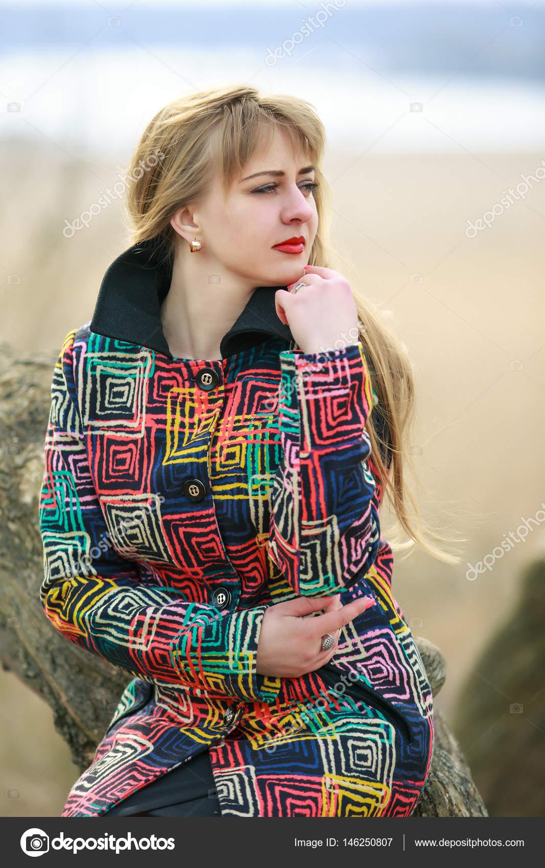 brand new 950d4 f5f97 Una donna in un cappotto colorato con un sacco di tristezza ...