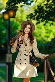 Fotografie eine sehr schöne modische Mädchen mit einem braunen Hut in der