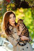 Fotografie sehr schönes Mädchen mit einer braunhaarigen Frau mit einem bengalen c