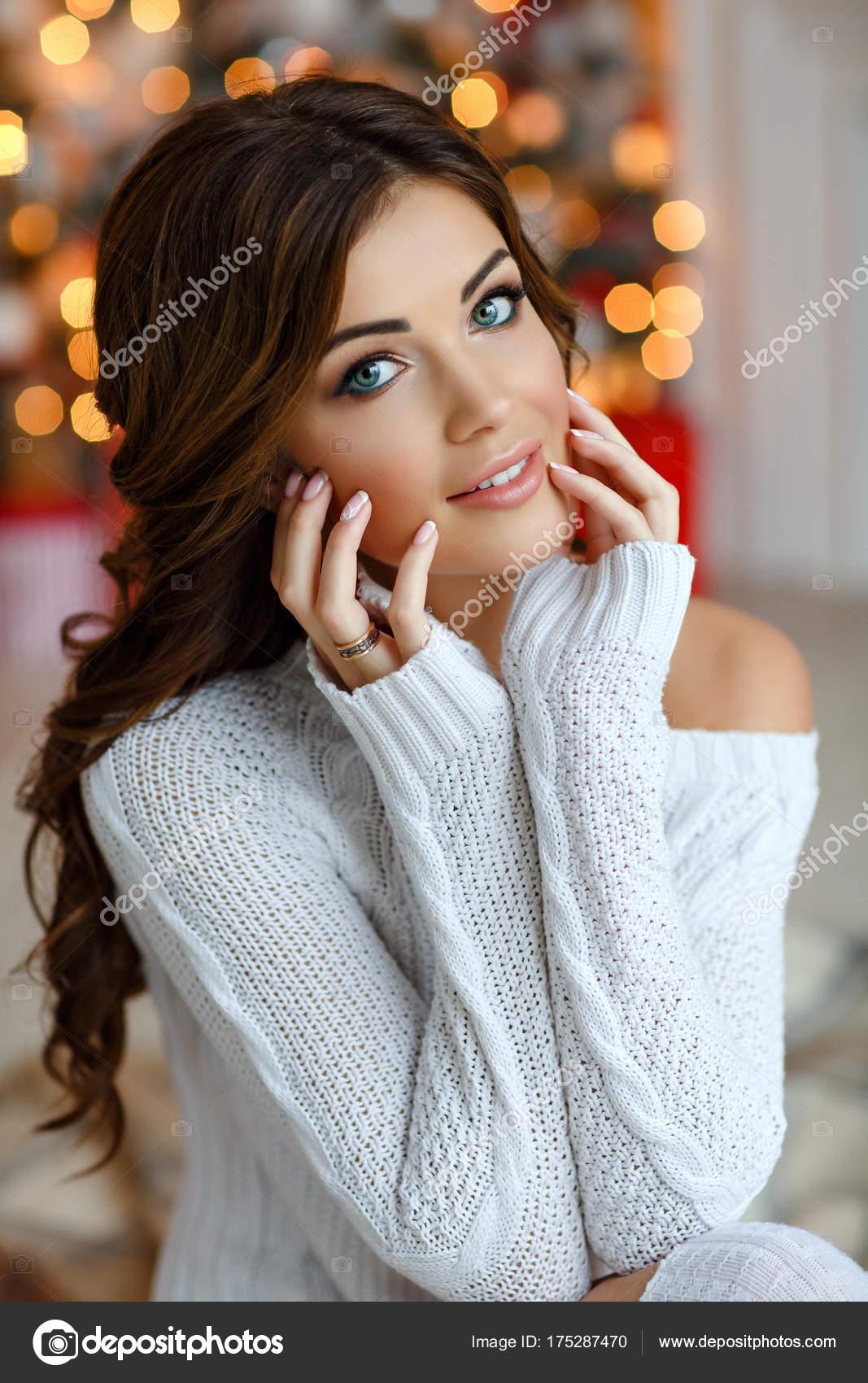 Brune Aux Yeux Bleus portrait de la belle fille aux yeux bleus de brune en sweate blanc