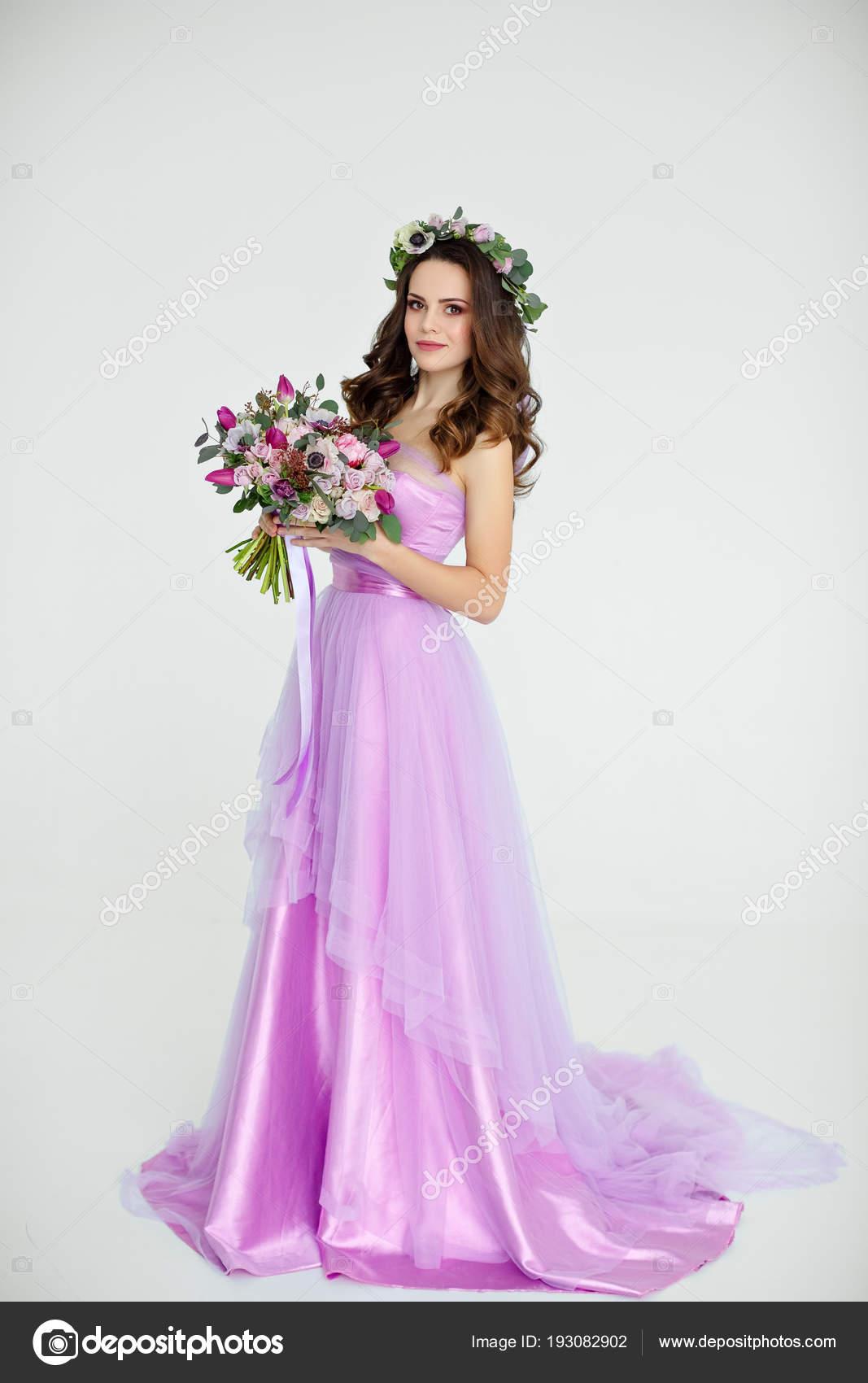 Retrato de niña morena hermosa sensual en vestido púrpura, wre ...