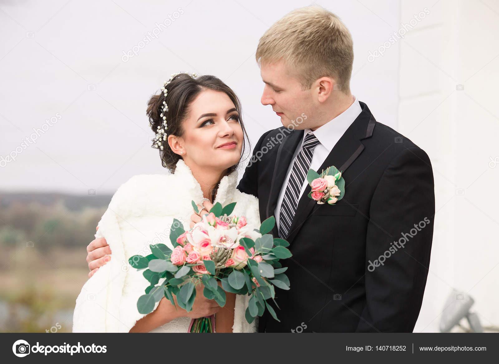 Hochzeitspaar im freien umarmt einander. Schönes Model Mädchen im ...