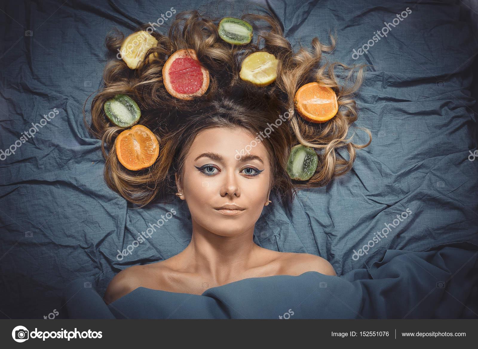 Красива модель чудова дівчина з барвистими цитрусові здорові в її блискучі  волосся. Догляд і волосся продукти. Концепція догляду за волоссям. ea8b234b393fe