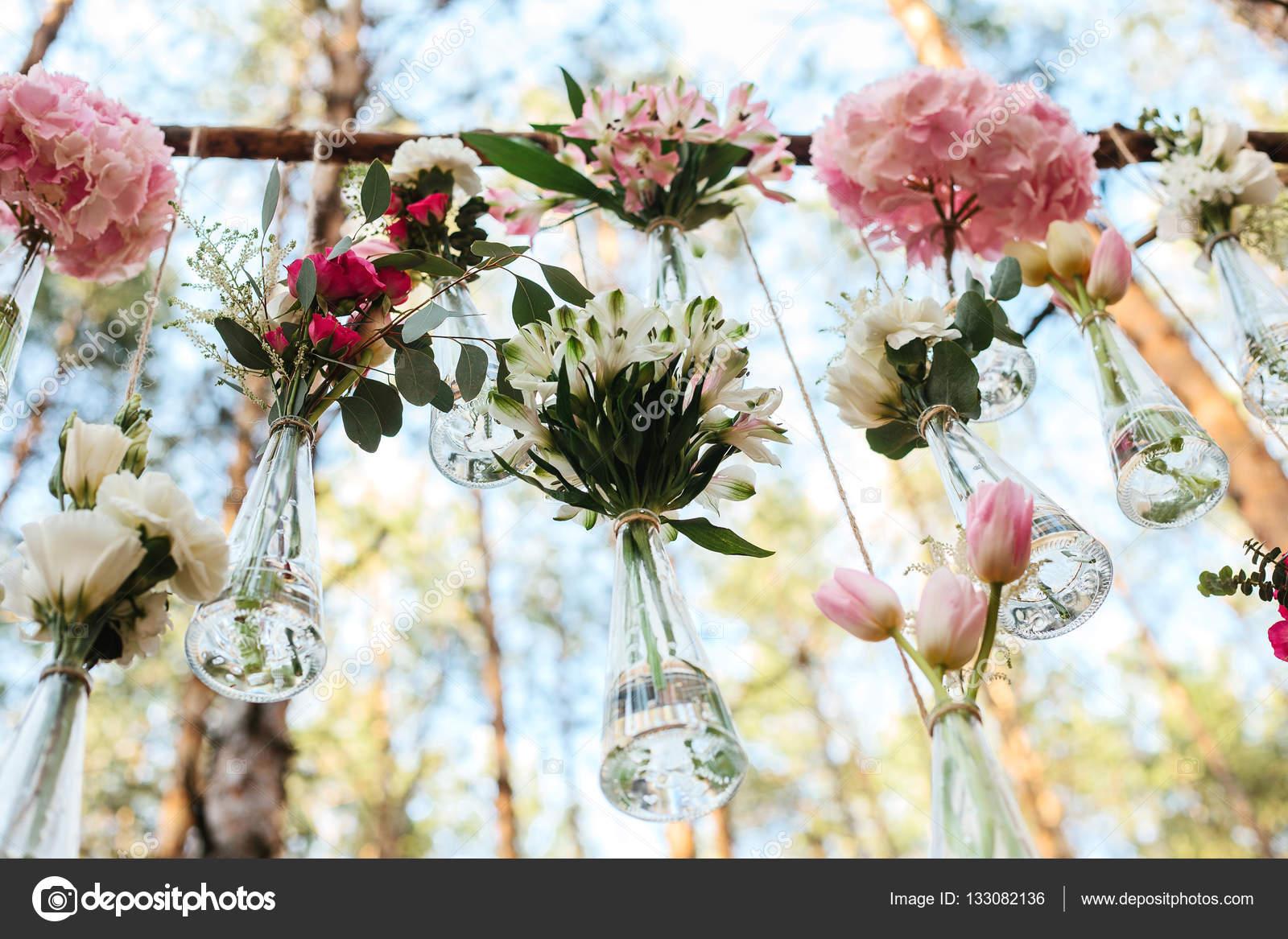 Bloemen decoratie huwelijksboog in het forest het idee for Bloemen decoratie