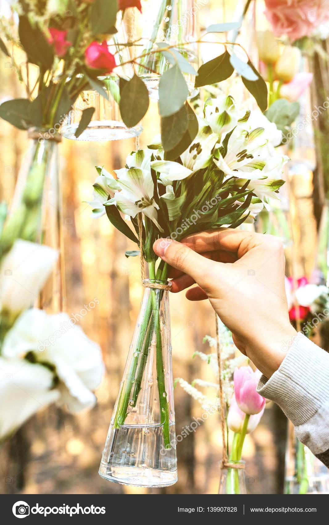 arc de fleurs d coration de mariage dans la for t l id e d une d coration florale de mariage. Black Bedroom Furniture Sets. Home Design Ideas