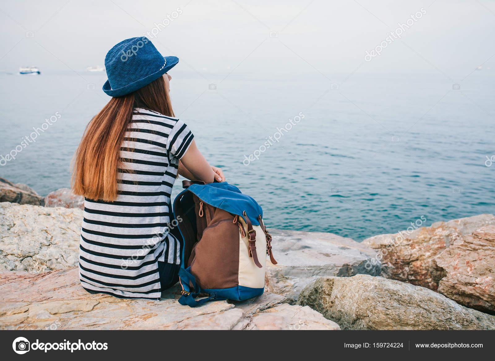 De Dos La Mer Fille Côté Sac Voyageur Un Chapeau À Dans Avec 1clFJTK