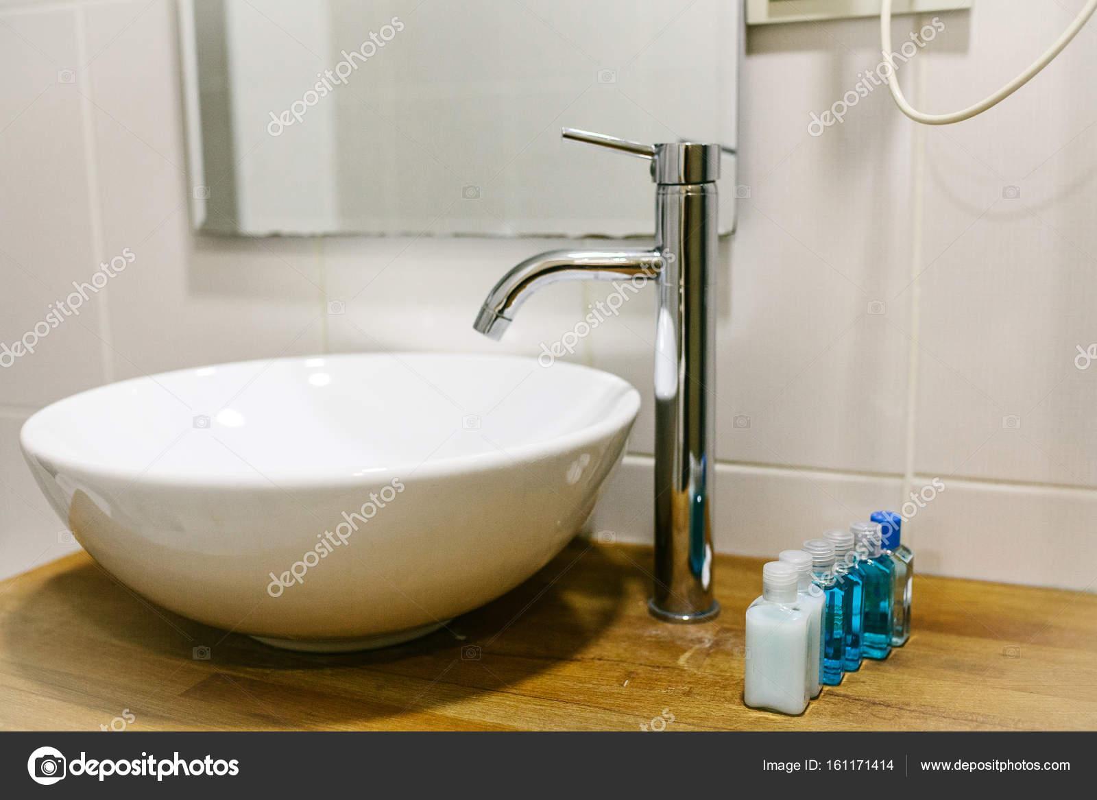 Cuarto de baño en el hotel con todos los accesorios de baño ...