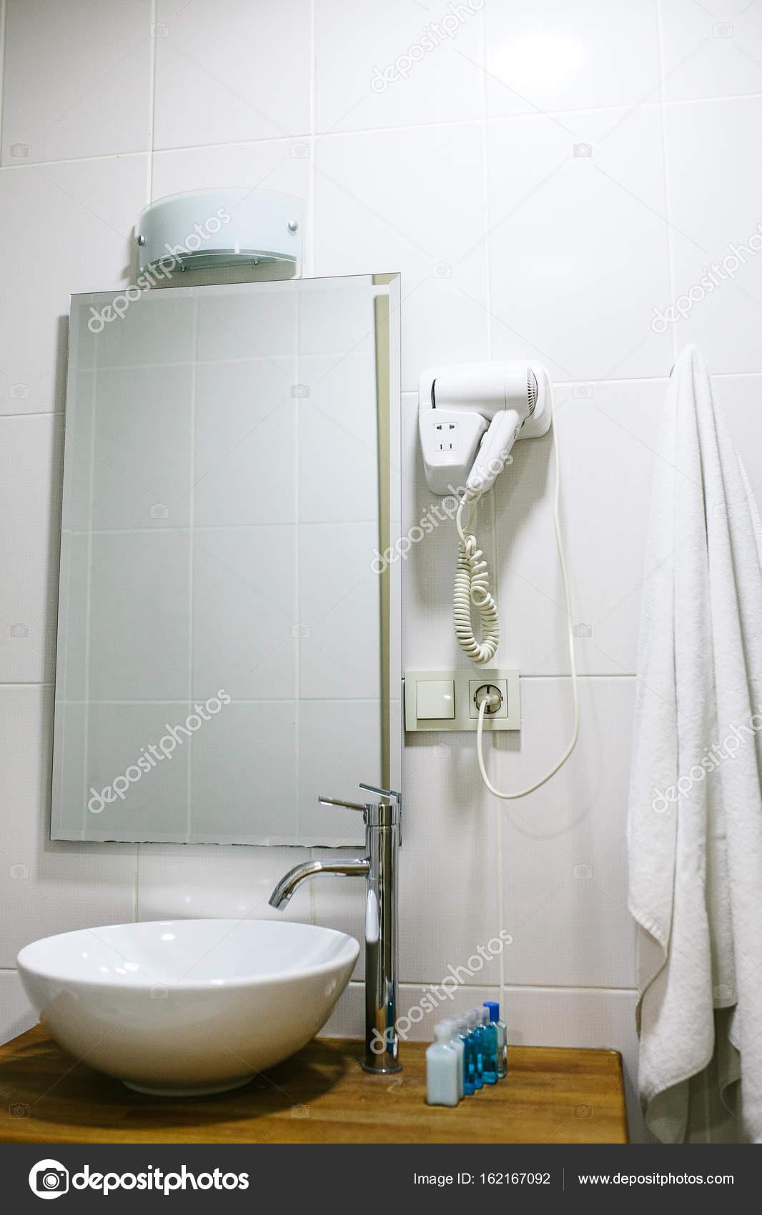 Foto: accesorios de baño | Cuarto de baño en el hotel con todos los ...