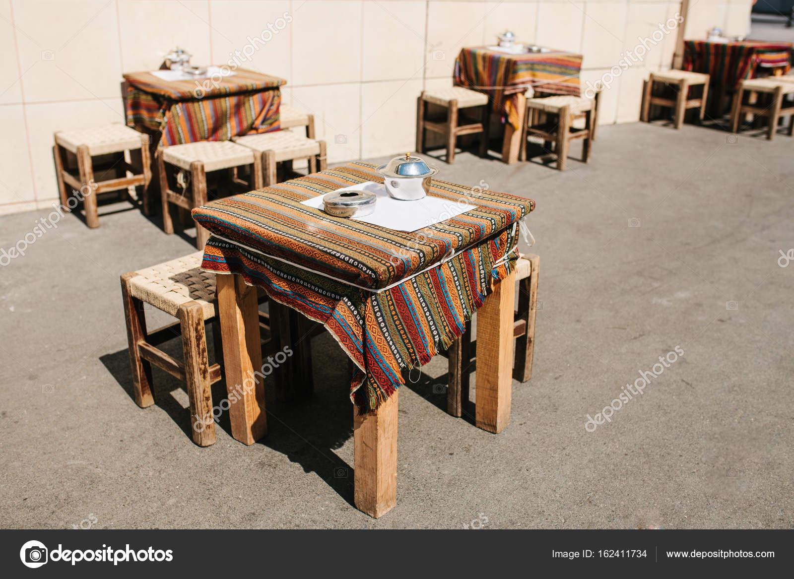 Café calle calle Turco en Estambul. Sillas y mesas de madera están ...